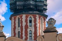 Trumpetare på tornet Den berömda traditionen av Krakow, Polen Fotografering för Bildbyråer