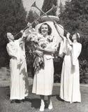 Trumpetare som förebådar den bärande buketten för kvinna av blommor Royaltyfria Bilder