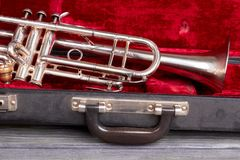 Trumpeten stänger sig i fall att upp arkivfoto