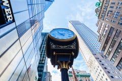 Trumpf-Turm mit antiker Uhr in Manhattan, NYC Stockfotos