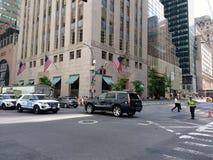 Trumpf-Turm-Sicherheit, NYPD-Verkehrs-Offizier, New York City, NYC, NY, USA Stockfotos