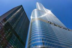 Trumpf-Turm und blauer Himmel Stockbilder