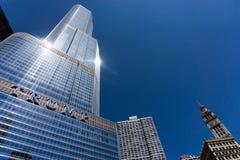 Trumpf-Turm und blauer Himmel Stockfoto