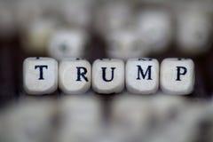 Trumpf - Wortgestalt mit hölzernen Buchstabewürfeln stockfotos