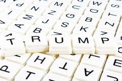 Trumpftiteltext-Wortkreuzworträtsel Alphabetbuchstabe blockiert Spielbeschaffenheitshintergrund Weiße alphabetische Buchstaben au Lizenzfreie Stockfotos