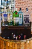 Trunek butelki przy barem, butelki gorzała, trunek, alkohol w b obraz stock