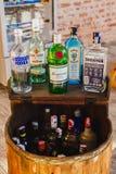 Trunek butelki przy barem, butelki gorzała, trunek, alkohol w b zdjęcie stock