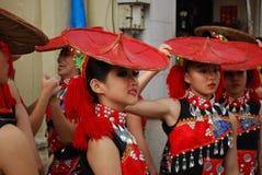 Trupe da dança na parada chinesa do ano novo Fotografia de Stock Royalty Free
