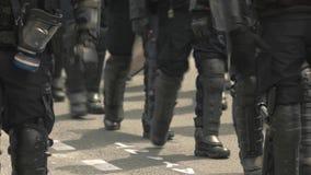 Trupp av kravallpolis stock video