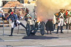 Truppe francesi che infornano cannone sul campo di battaglia durante la rappresentazione della battaglia di Bailen fotografia stock libera da diritti