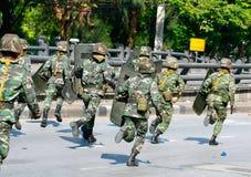 Truppen, die zum Lärm Daeng Durchschnitt voranbringen Lizenzfreie Stockbilder