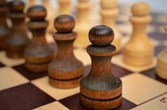 Truppenpfand auf einem Schachbrett Stockfotografie