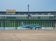 Truppentransporter DC-4 Airplain-Flughafen Tempelhof in Berlin lizenzfreies stockfoto
