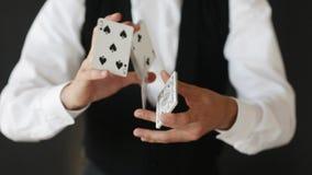 Truque da exibição do homem com cartões de jogo filme