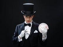 Truque da exibição do mágico com cartões de jogo Foto de Stock