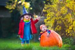 Truque das crianças ou tratamento em Dia das Bruxas Fotografia de Stock Royalty Free