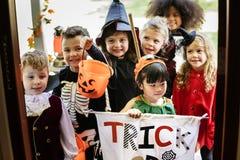 Truque de crianças pequenas ou tratamento em Dia das Bruxas fotos de stock royalty free