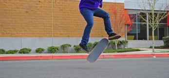 Truque do ar do skater Imagem de Stock