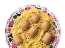 Truque do cozinheiro chefe. Espaguetes colados nas salsichas. Fotos de Stock Royalty Free