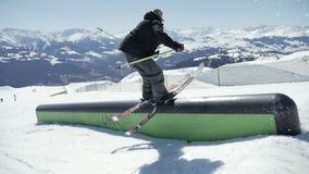 Truque do trilho do estilo livre do esquiador Slowmotion vídeos de arquivo