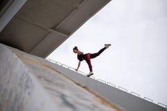 Truque perigoso A mulher sem medo extremal nova escala acima sob a ponte e o divertimento ter Truques e risco perigosos fotos de stock