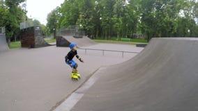 Truques do salto da rampa do rollerblade do menino do passatempo do esporte da criança vídeos de arquivo