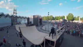 Truques extremos da bicicleta do tiro BMX de Quadrocopter verão do parque do patim audiências video estoque
