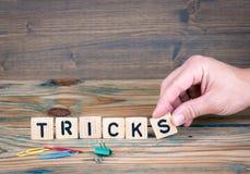 truques Letras de madeira na mesa de escritório Fundo do negócio e da comunicação Foto de Stock