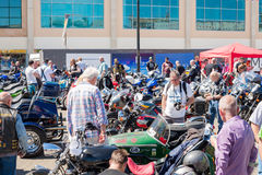TRURO, ΚΟΡΝΟΥΆΛΛΗ, UK - 17 ΙΟΥΛΊΟΥ 2016: Πλήθη των ανθρώπων στο λεμόνι Q Στοκ Φωτογραφία