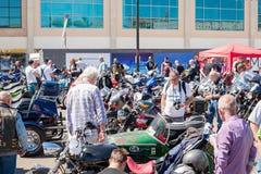 TRURO, CORNWALL, GROSSBRITANNIEN - 17. JULI 2016: Mengen von Leuten an Zitrone Q Stockfotografie