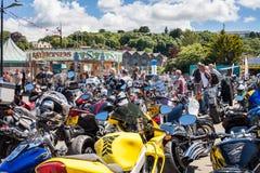 TRURO CORNWALL, UK - JULI 17, 2016: Hundratals cyklar på citronen Royaltyfri Fotografi
