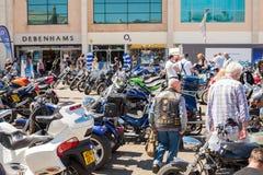 TRURO CORNWALL, UK - JULI 17, 2016: Rader av mopeder på citronen Royaltyfria Foton