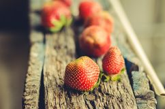 truskawka Świeże jagody truskawka na drewnianym stole Selekcyjna ostrość Truskawka na naturalnym drewnianym tle zdjęcie royalty free