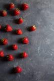truskawka Świeża truskawka na ciemnym tle Czerwona truskawka Luźno kłaść truskawki w różnych pozycjach Obrazy Stock
