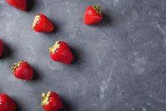 truskawka Świeża truskawka na ciemnym tle Czerwona truskawka Luźno kłaść truskawki w różnych pozycjach Zdjęcie Royalty Free