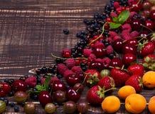 Truskawka, czarna jagoda, czernica, malinka, wiśnia, morele, agrest i rodzynek, Obraz Stock