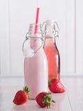 Truskawka dojny i truskawkowy sok w butelkach Zdjęcie Royalty Free