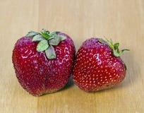 Truskawka, dwa dojrzałej czerwonej jagody Zdjęcia Stock