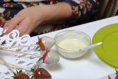 Truskawka glazurująca z ciemną i białą czekoladą suszy na talerzu Kulinarne truskawki glazurować w czekoladzie obrazy royalty free