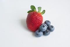Truskawka i czarne jagody na bielu Fotografia Stock