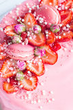 Truskawka i menchii macaroons tortowy wystrój Obrazy Royalty Free
