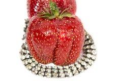 Truskawka, jagody zamknięty up mała głębia ciętość i kolia od przejrzystych kryształów, fotografia royalty free
