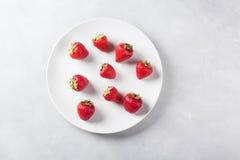 Truskawka na białym talerzu Świeża truskawka na lekkim tle Czerwona truskawka Fotografia Stock