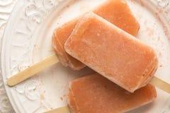 Truskawka, pomarańcze, ananas, Mangowi Owocowi Popsicles zdjęcie stock