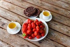 Truskawka talerz, czekoladowi ciastka i herbata, Zdjęcie Stock