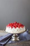 Truskawka tort na tortowym stojaku Obrazy Stock