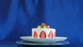 Truskawka tort na zmroku - błękitny tło Piękny tort z truskawkami i śmietanką zbiory wideo
