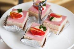 Truskawka Tortowy deser na bielu talerzu Zdjęcia Stock