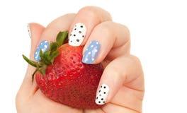 Truskawka w kobiety ręce z manicure'em Obraz Royalty Free