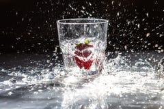 Truskawka w szkle woda z pluśnięciem Fotografia Royalty Free